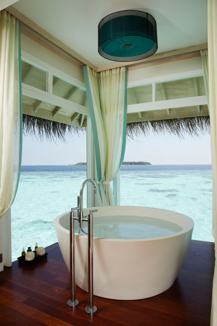 Amazing bathroom with ocean front view myhouseidea for Amazing bathrooms