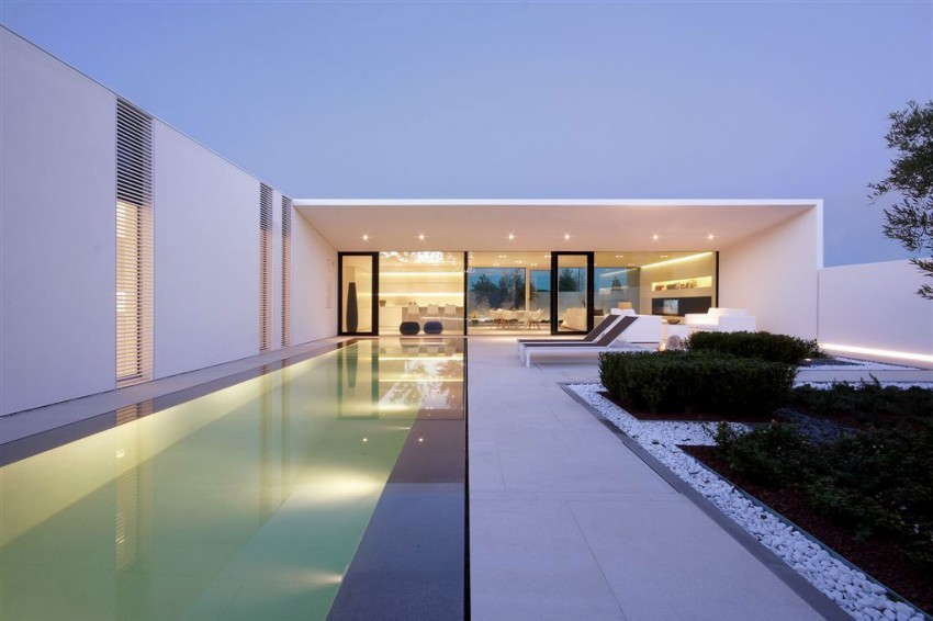 Jesolo Lido Pool Villa by JM Architecture 01