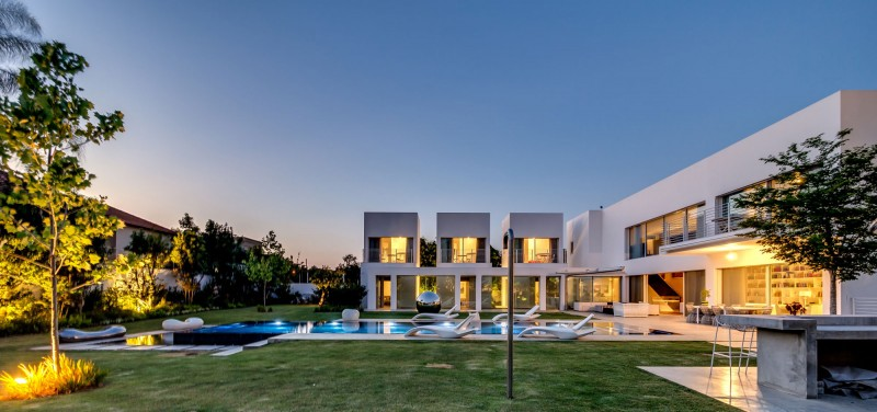 Unique Contemporary Villa by Nestor Sandbank 20