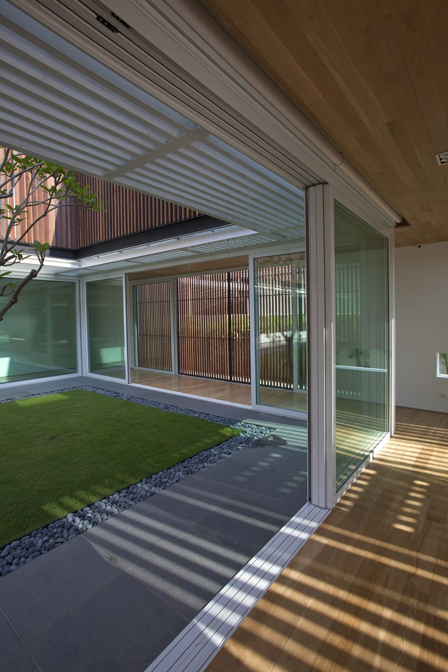 Enclosed Open House by Wallflower Architecture + Design 08
