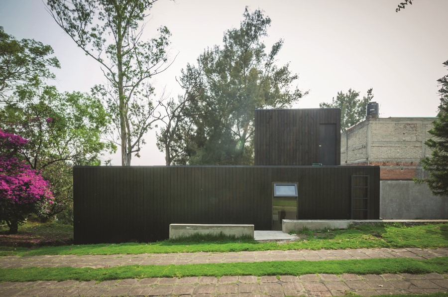 the-black-cabin-by-revolution-architects-12